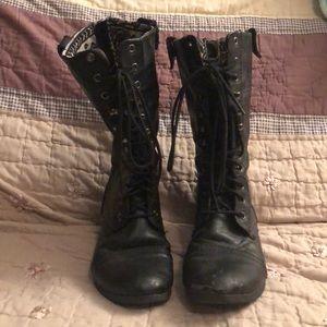 Size 8 worn women's combat boot